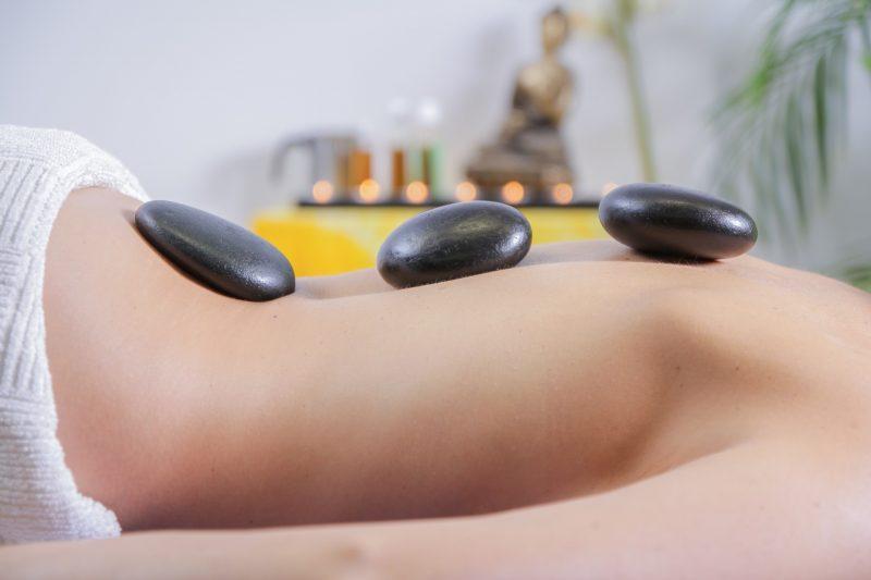hotstonemassage bij reiki en massagepraktijk Lenie van der Zande